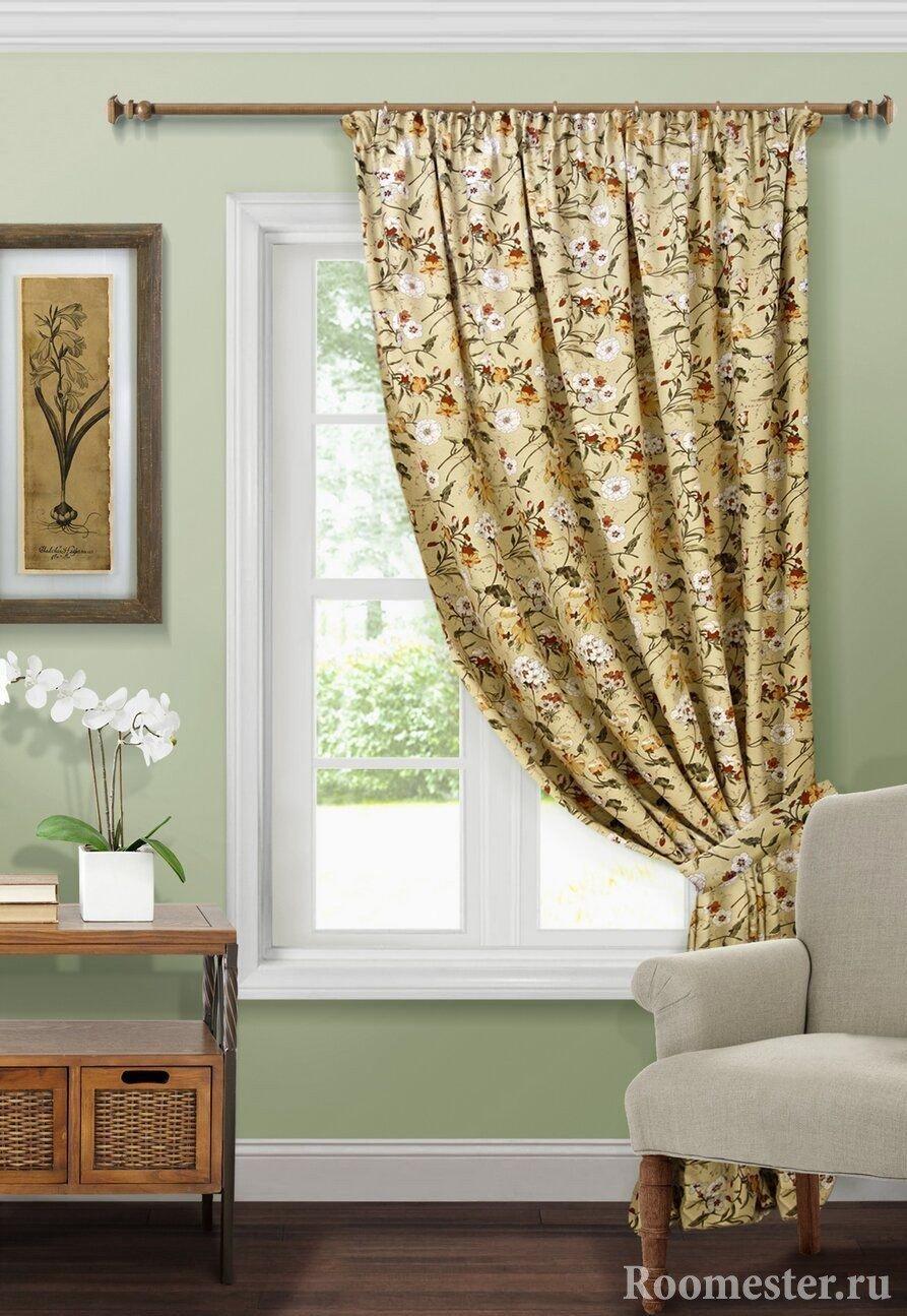Картина на стене у окна