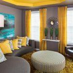 Сочетание желтых штор и серых стен
