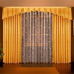 Яркие шторы и картина в интерьере