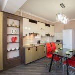 Черный стол с красными креслами на кухне