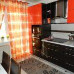 Оранжевые шторы и мебель