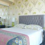 Светлые обои с цветочным принтом для маленькой спальни