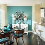 Бирюзовый цвет на стене и мебели - яркое решение для кухни в светлых тонах