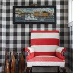 Кресло в красно-белую полоску