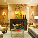 Яркие цвета квадратной гостиной с камином