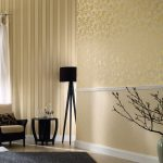 Черная мебель на фоне золотистых стен