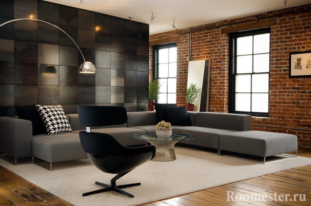 Стеклянный столик и черное кресло