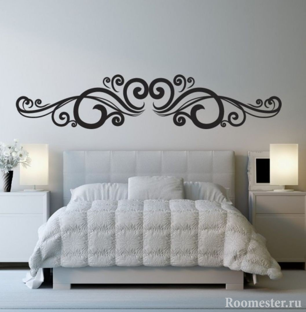 Узоры на стене над кроватью