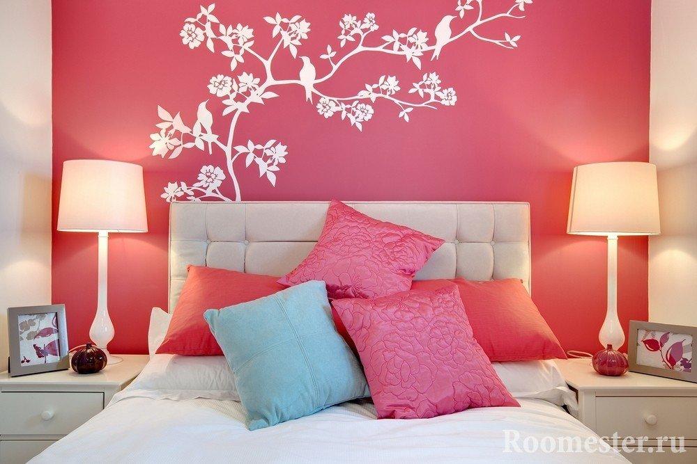 Дерево с птицами на стене