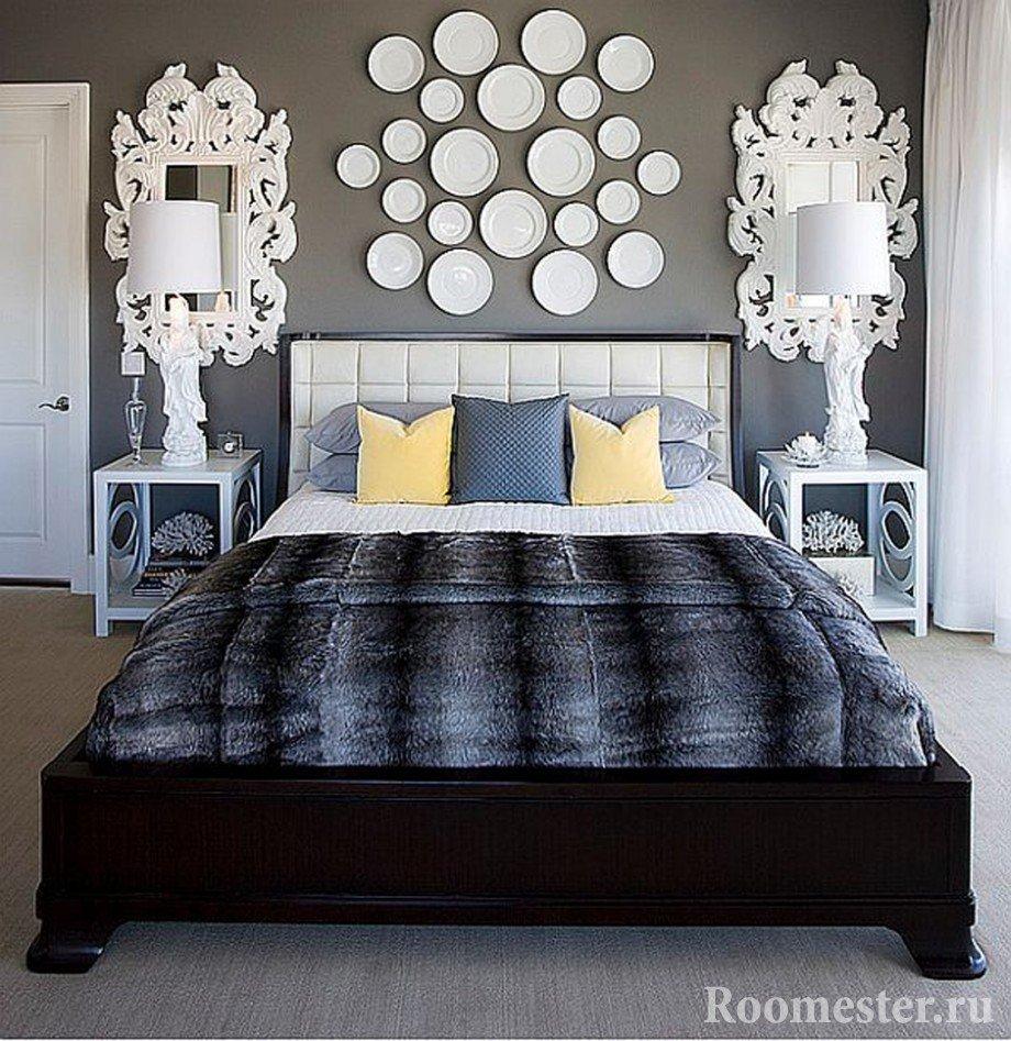 Декоративные тарелки над кроватью