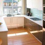 Коричнево-белая мебель на кухне