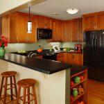 Кухня с мебелью из дерева