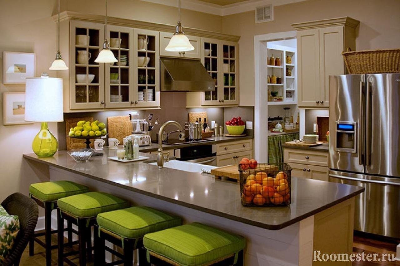 Стулья у стойки на кухне