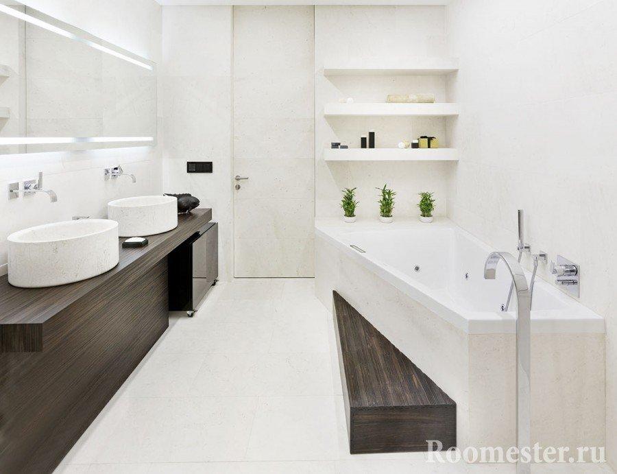 Полки на стене в ванной