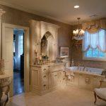 Старинная мебель в интерьере ванной