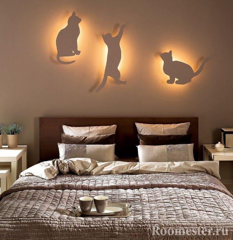 Коты с подсветкой на стене