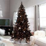 Снежинки и шары на елке