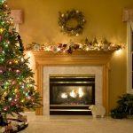 Рождественский венок над камином