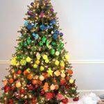 Яркое новогоднее дерево