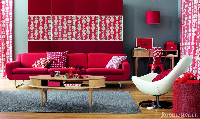 Серые стены и красный декор