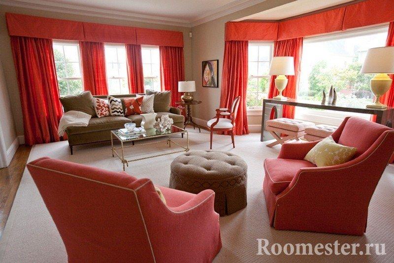 Красные шторы в гостиной