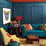 Бабочка на картине рядом с диваном