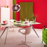 Необычные кресла рядом со столиком