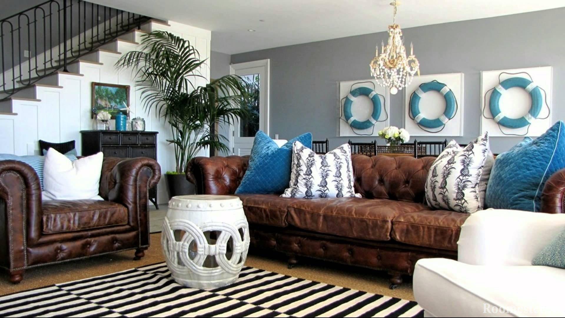 Спасательные круги над диваном