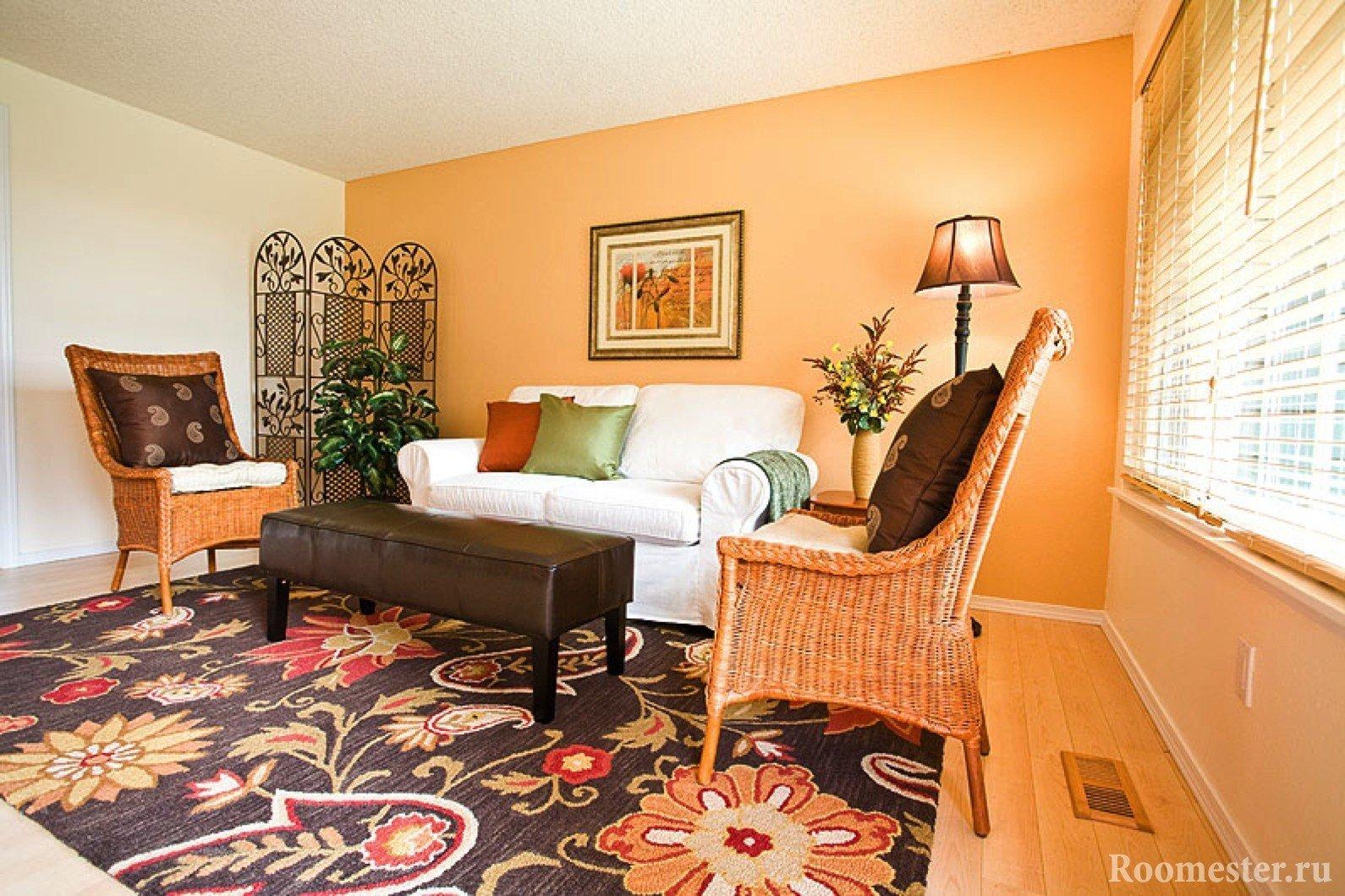 Белый диван и плетенные кресла