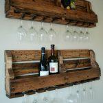 Вино и фужеры на полках