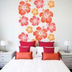 Цветы на стене у кровати