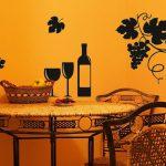 Виноград и вино на стене кухни