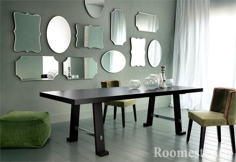 Зеркала на стене в столовой