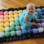 Ребенок на ярком коврике