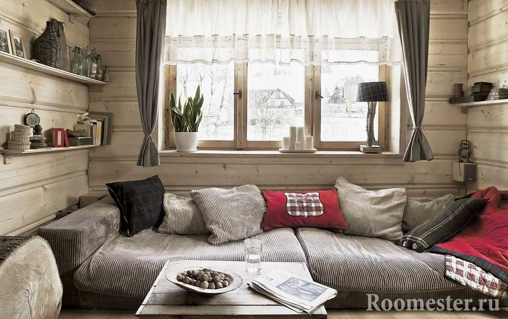 Полки на стенах рядом с диваном
