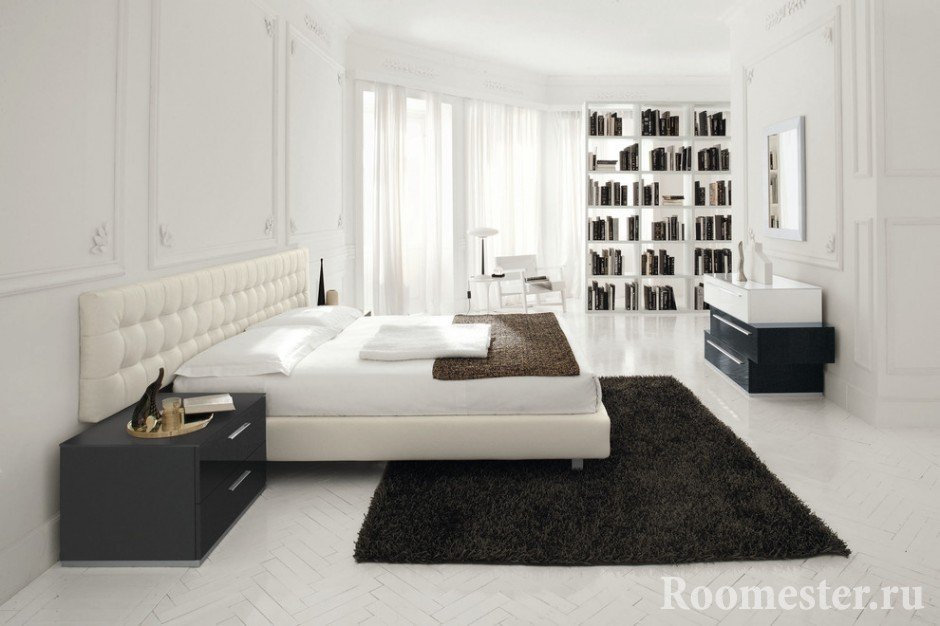 Черный ковер на белом полу спальни