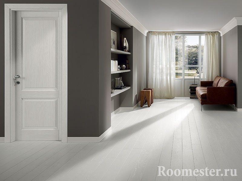 Комната с серыми стенами и белым полом