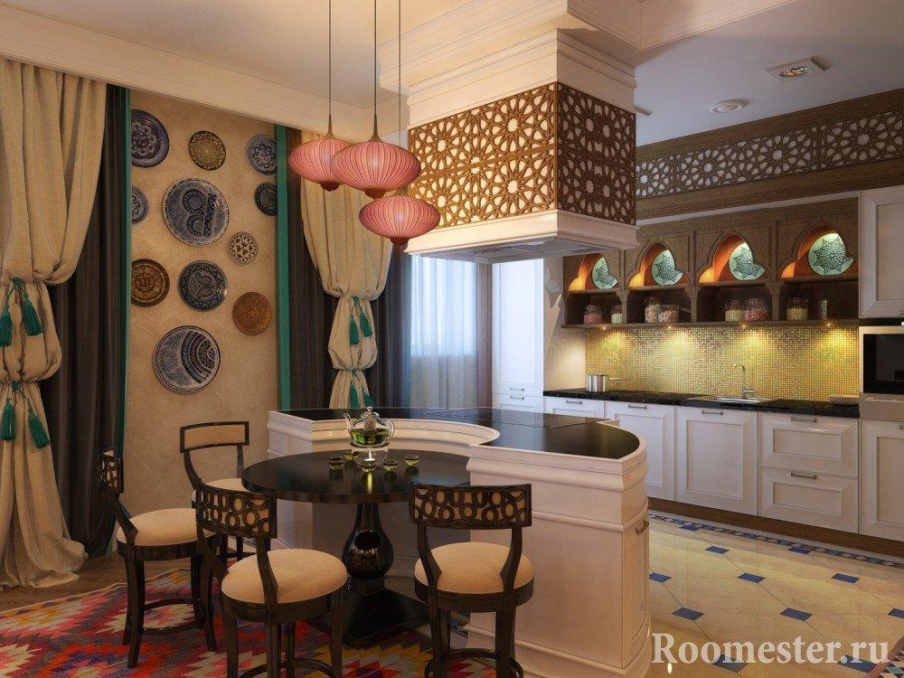 Декоративные тарелки на стене кухни