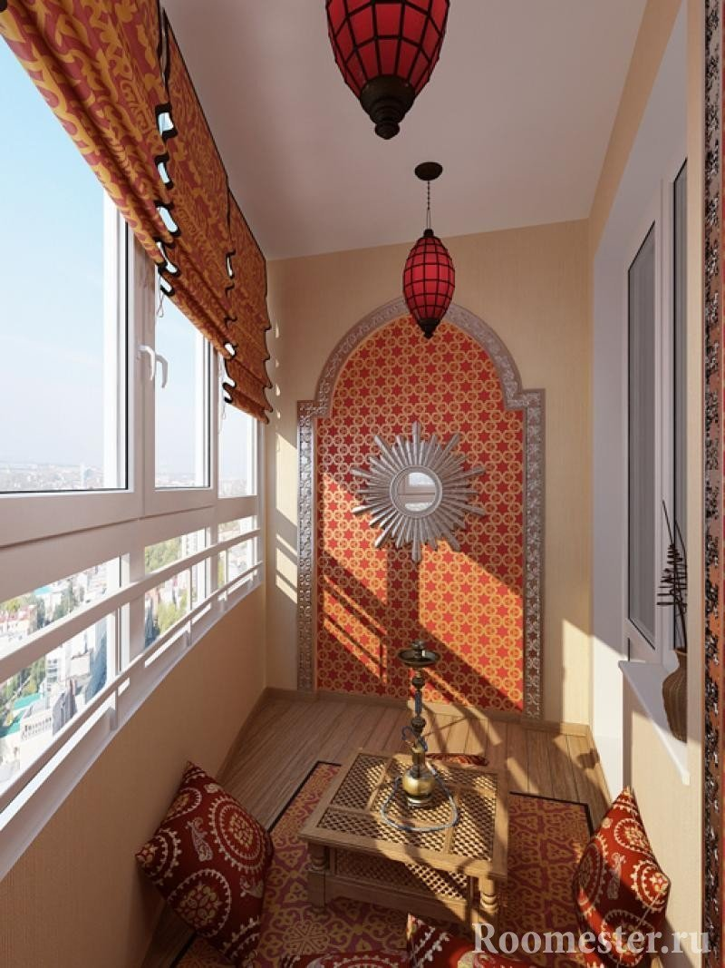 Столик и подушки на полу балкона