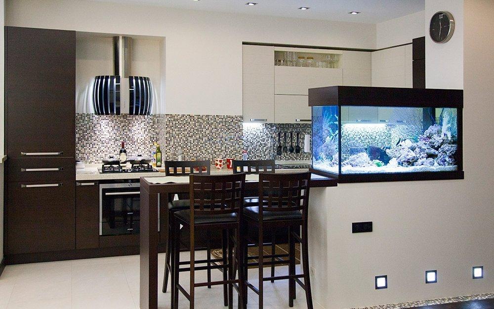 Барная стойка с аквариумом на кухне