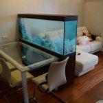 Зонирование комнаты при помощи аквариума