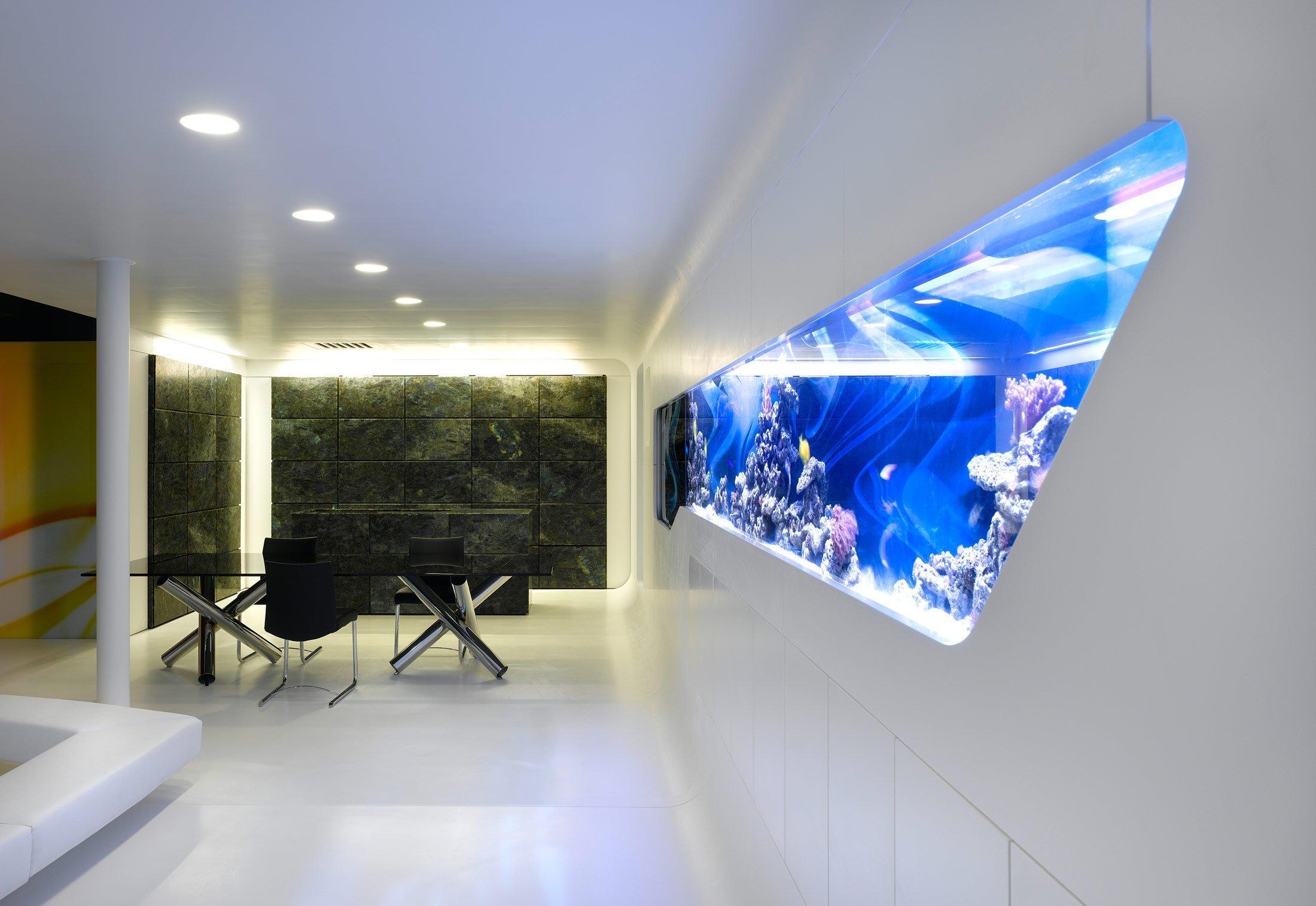 Современный интерьер с аквариумом в стене