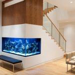 Красивый интерьер с аквариумом