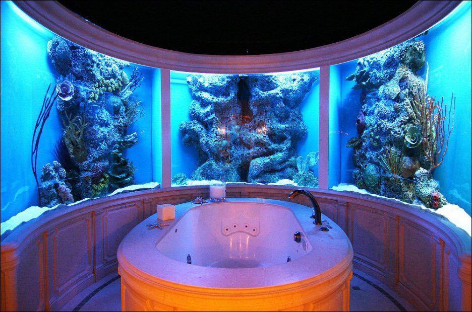 Аквариум в стенах ванной