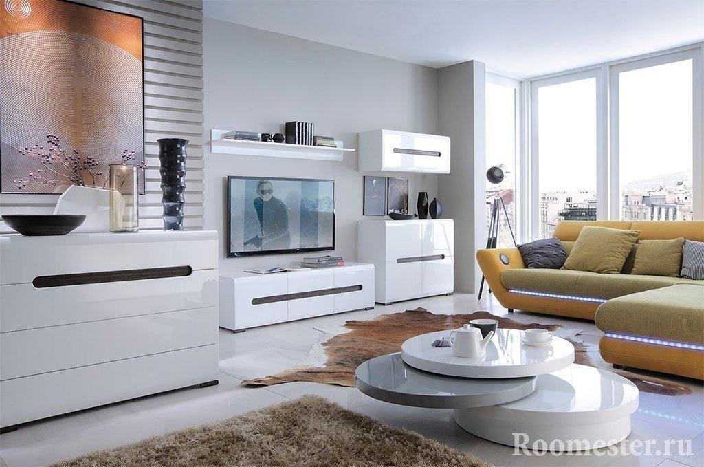 Красивый интерьер с белой глянцевой мебелью