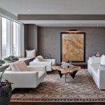 Серый интерьер гостиной с белой мебелью