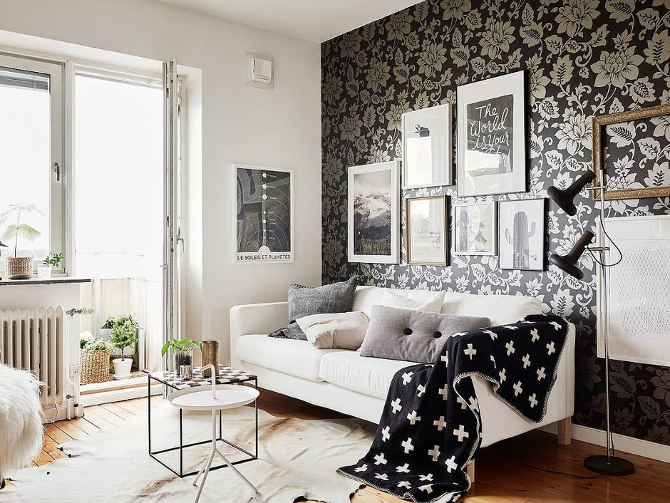 Обои и светлая мебель в интерьере