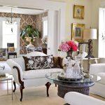 Столик и белые диваны в интерьере