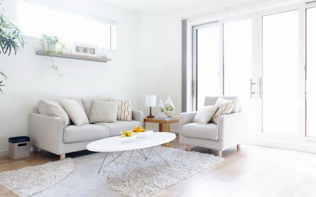 Светлая мебель и столик в интерьере гостиной