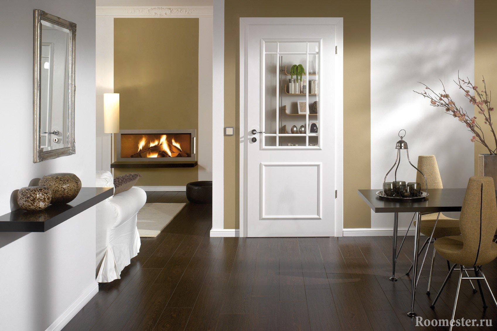 Белая дверь в столовой